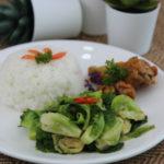 ข้าวหอมมะลิ ไก่ทอดแช่น้ำปลา แขนงผัดน้ำมันหอย